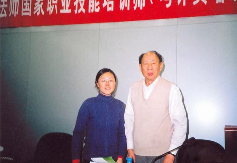 足春堂技术总监顾芹女士与著名中医学教授孟昭义先生合影