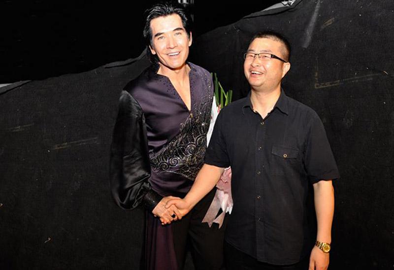 公司总经理周成先生与著名歌星费翔先生合影