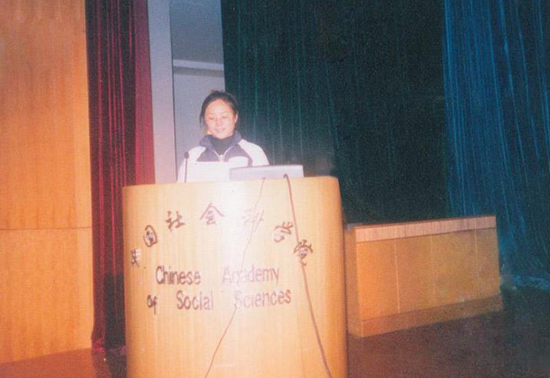 国家卫生部卫生行业职业技能培训师、足春堂技术总监顾芹女士在中国社会科学院社科会堂面对各位领导与专家及来自全国的代表做报告